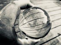 Εκμετάλλευση χεριών lensball στοκ εικόνες