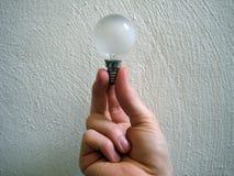 εκμετάλλευση χεριών lightbulb Στοκ εικόνες με δικαίωμα ελεύθερης χρήσης