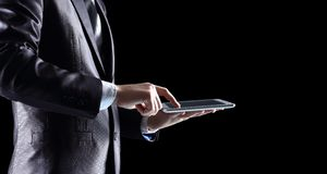 Εκμετάλλευση ατόμων και ψηφιακή ταμπλέτα στοκ εικόνα με δικαίωμα ελεύθερης χρήσης