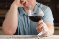 Εκμετάλλευση ατόμων Μεσαίωνα και κοίταγμα σε ένα ποτήρι του κρασιού Στοκ φωτογραφία με δικαίωμα ελεύθερης χρήσης