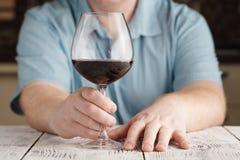 Εκμετάλλευση ατόμων Μεσαίωνα και κοίταγμα σε ένα ποτήρι του κρασιού Στοκ φωτογραφίες με δικαίωμα ελεύθερης χρήσης