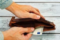 Εκμετάλλευση ατόμων στο κενό πορτοφόλι χεριών σχεδόν Στοκ φωτογραφία με δικαίωμα ελεύθερης χρήσης