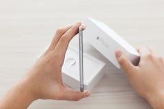 Εκμετάλλευση ατόμων στο iPhone χεριών 6 διαστημικός γκρίζος Στοκ εικόνα με δικαίωμα ελεύθερης χρήσης