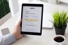 Εκμετάλλευση ατόμων iPad υπέρ με τη σε απευθείας σύνδεση ψωνίζοντας υπηρεσία Αμαζόνιος Στοκ Εικόνες