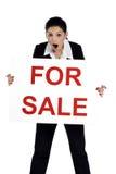 Εκμετάλλευση γυναικών ακίνητων περιουσιών για το σημάδι πώλησης Στοκ Φωτογραφία