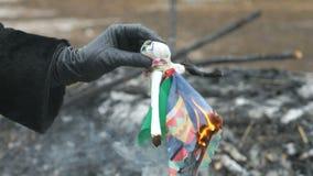 Εκμετάλλευση γυναικών που καίει το μικρό παιχνίδι Shrovetide υπό εξέταση απόθεμα βίντεο