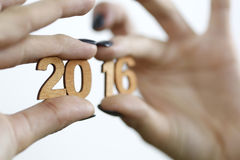 Εκμετάλλευση γυναικών σε ένα νέο έτος 2016 χεριών ξύλινοι αριθμοί Στοκ φωτογραφία με δικαίωμα ελεύθερης χρήσης