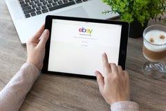 Εκμετάλλευση γυναικών iPad υπέρ με την ψωνίζοντας υπηρεσία Διαδικτύου eBay Στοκ Εικόνα