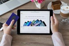 Εκμετάλλευση γυναικών iPad υπέρ με την ψωνίζοντας υπηρεσία Διαδικτύου eBay Στοκ Φωτογραφία