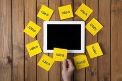 Εκμετάλλευση επιχειρηματιών στη γραπτά ιδέα το κολλώδη σημείωση και ψηφίο λέξης Στοκ εικόνες με δικαίωμα ελεύθερης χρήσης
