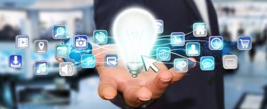 Εκμετάλλευση επιχειρηματιών lightbulb με τα ψηφιακά εικονίδια Στοκ φωτογραφίες με δικαίωμα ελεύθερης χρήσης