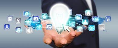 Εκμετάλλευση επιχειρηματιών lightbulb με τα ψηφιακά εικονίδια Στοκ φωτογραφία με δικαίωμα ελεύθερης χρήσης