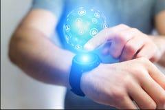 Εκμετάλλευση επιχειρηματιών smartwatch με το hologra σφαιρών σφαιρών δικτύων Στοκ εικόνα με δικαίωμα ελεύθερης χρήσης