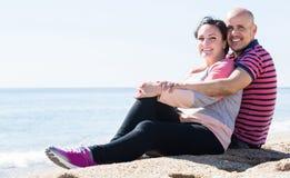 Εκμετάλλευση ζεύγους μεταξύ τους στην παραλία στοκ εικόνα με δικαίωμα ελεύθερης χρήσης