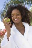 Εκμετάλλευση η πράσινη Apple γυναικών στοκ εικόνες με δικαίωμα ελεύθερης χρήσης
