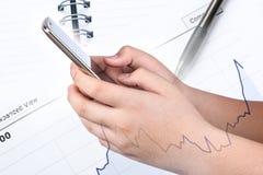 Εκμετάλλευση και αφή χεριών σε Smartphone Στοκ Εικόνες
