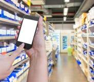 Εκμετάλλευση και αφή χεριών στο smartphone κινητό με στο φαρμακείο ο στοκ εικόνες