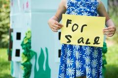 Εκμετάλλευση μικρών κοριτσιών για το σημάδι πώλησης έξω από το θέατρο χαρτονιού Στοκ φωτογραφία με δικαίωμα ελεύθερης χρήσης