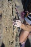 Εκμετάλλευση ορειβατών βράχου προς τον απότομο βράχο στοκ εικόνες