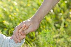 Εκμετάλλευση πατέρων και γιων χέρι-χέρι Στοκ Φωτογραφία