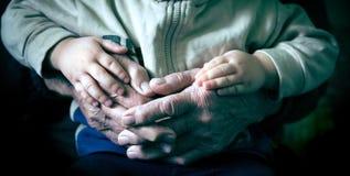 Εκμετάλλευση παλαιών χεριών στοκ φωτογραφία