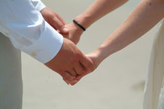 Εκμετάλλευση χεριών κατά τη διάρκεια της γαμήλιας τελετής Στοκ εικόνα με δικαίωμα ελεύθερης χρήσης