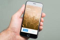 Εκμετάλλευση Apple iPhone6 χεριών με την εγχώρια οθόνη πειραχτηριών Στοκ εικόνες με δικαίωμα ελεύθερης χρήσης