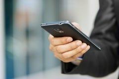 Εκμετάλλευση Phablet Smartphone επιχειρησιακών ατόμων και ηλεκτρονικό ταχυδρομείο προσοχής Στοκ φωτογραφία με δικαίωμα ελεύθερης χρήσης