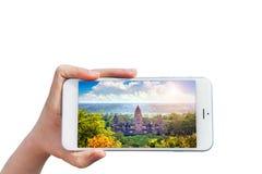 Εκμετάλλευση Smartphone χεριών με την εικόνα του ναού Angkor Wat Στοκ φωτογραφία με δικαίωμα ελεύθερης χρήσης