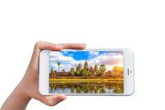 Εκμετάλλευση Smartphone χεριών με την εικόνα του ναού Angkor Wat Στοκ εικόνα με δικαίωμα ελεύθερης χρήσης