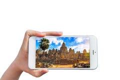 Εκμετάλλευση Smartphone χεριών με την εικόνα του ναού Angkor Wat Στοκ Εικόνα