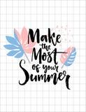 Εκμεταλλευτείτε πλήρως από το καλοκαίρι σας Επιγραφή καλλιγραφίας βουρτσών στο καθιερώνον τη μόδα τροπικό υπόβαθρο φύλλων Εμπνευσ διανυσματική απεικόνιση