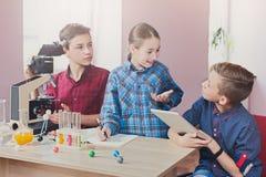 Εκπαίδευση ΜΙΣΧΩΝ Μάθημα χημείας στο εργαστήριο Στοκ φωτογραφίες με δικαίωμα ελεύθερης χρήσης