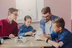 Εκπαίδευση ΜΙΣΧΩΝ Παιδιά που δημιουργούν τα ρομπότ με το δάσκαλο Στοκ φωτογραφία με δικαίωμα ελεύθερης χρήσης