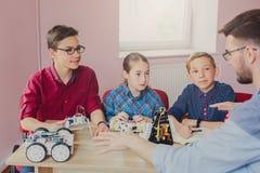 Εκπαίδευση ΜΙΣΧΩΝ Παιδιά που δημιουργούν τα ρομπότ με το δάσκαλο Στοκ φωτογραφίες με δικαίωμα ελεύθερης χρήσης