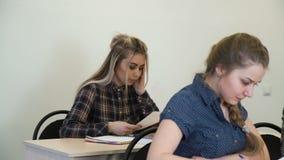 Εκπαίδευση που μελετά τις εργασίες εξέτασης σχολικής δοκιμής απόθεμα βίντεο