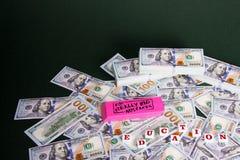 Εκπαίδευση: Ρόδινη γόμα με τα πραγματικά μεγάλα διεσπαρμένης και συσσωρευμένη αμερικανικά δολάρια μηνυμάτων λαθών, στοκ φωτογραφία με δικαίωμα ελεύθερης χρήσης