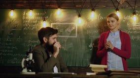 Εκπαίδευση, σχολείο, κολλέγιο και πανεπιστημιακή έννοια Ο δάσκαλος και η γυναίκα σπουδαστής λύνουν τους μαθηματικούς τύπους και τ απόθεμα βίντεο