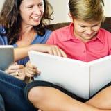 Εκπαίδευση εκμάθησης παιδιών μητέρων που μελετά την έννοια Στοκ φωτογραφία με δικαίωμα ελεύθερης χρήσης