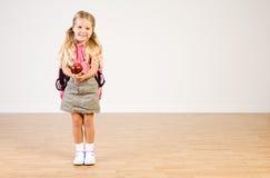 Εκπαίδευση: Εκμετάλλευση Apple κοριτσιών για το δάσκαλο σχολείου Στοκ φωτογραφίες με δικαίωμα ελεύθερης χρήσης