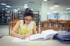 Εκπαίδευση μελέτης, γυναίκα που γράφει ένα έγγραφο Στοκ Εικόνα