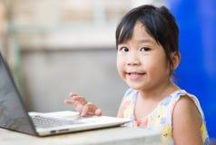 Εκπαίδευση, σχολείο, τεχνολογία και έννοια Διαδικτύου - χαριτωμένος Ασιάτης Στοκ φωτογραφία με δικαίωμα ελεύθερης χρήσης