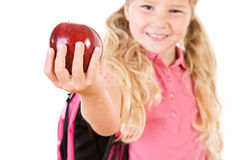 Εκπαίδευση: Χαμογελώντας κορίτσι που φέρνει τη Apple για το δάσκαλο Στοκ φωτογραφίες με δικαίωμα ελεύθερης χρήσης