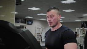 Εκπαιδευμένο άτομο treadmill σε μια γυμναστική απόθεμα βίντεο