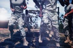 Εκπαιδευτής που παρέχει την κατάρτιση στους στρατιωτικούς στρατιώτες στοκ εικόνες