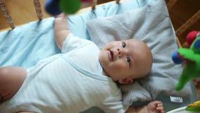 εκπαιδευτικά παιχνίδια Το παιδί αντιδρά χαρωπά στο νέο παιχνίδι Κινητός στο παχνί για το μωρό Το παιδί ακολουθεί τα μάτια φιλμ μικρού μήκους