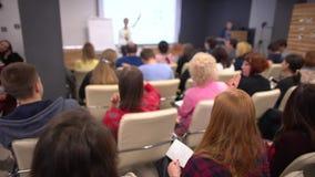 Εκπαιδευτική επιχειρηματίας επιχειρηματιών ομάδας ομιλητών λεωφορείων συνεδρίασης των διασκέψεων ακροατηρίων σεμιναρίου επιχειρημ απόθεμα βίντεο