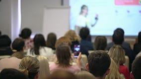 Εκπαιδευτικοί σπουδαστές επιχειρηματιών επιχειρηματιών ομάδας ομιλητών λεωφορείων συνεδρίασης των διασκέψεων ακροατηρίων σεμιναρί απόθεμα βίντεο