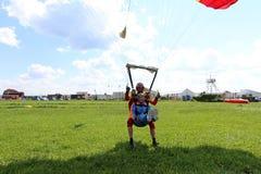 Διαδοχική ελεύθερη πτώση με αλεξίπτωτο Εκπαιδευτικός με το προκλητικό κορίτσι στοκ εικόνες