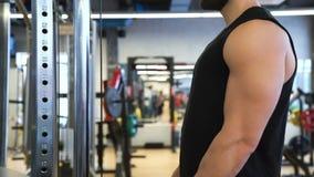Εκπαιδευτικό άτομο αθλητικής bodybuilding γυμναστικής workout απόθεμα βίντεο